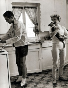 Paul-Newman-with-Joanne-Woodward-in-Kitchen