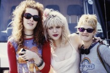 Singer-songwriter Courtney Love (centre) and bassist Melissa Auf der Maur, of American alternative rock group Hole, with a fan, 1994. (Photo by Kevin Cummins/Getty Images)